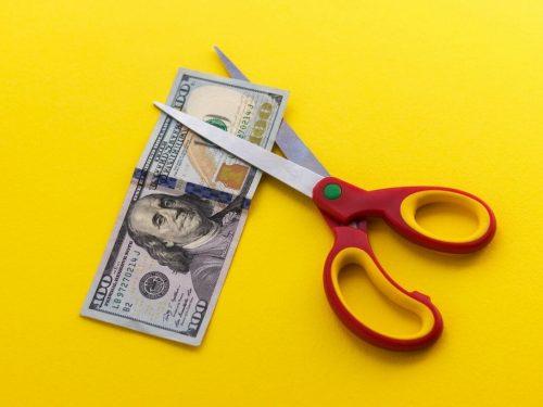 Pemotongan Gaji Karyawan: Bagaimana Harus Disikapi?